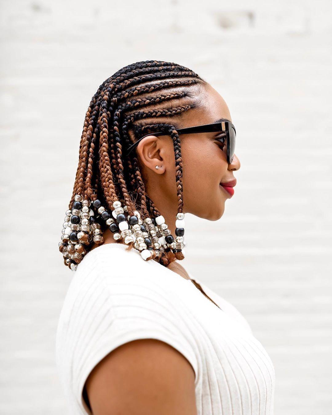 Femme avec une coiffure de cornouiller à longueur d'épaule avec des perles
