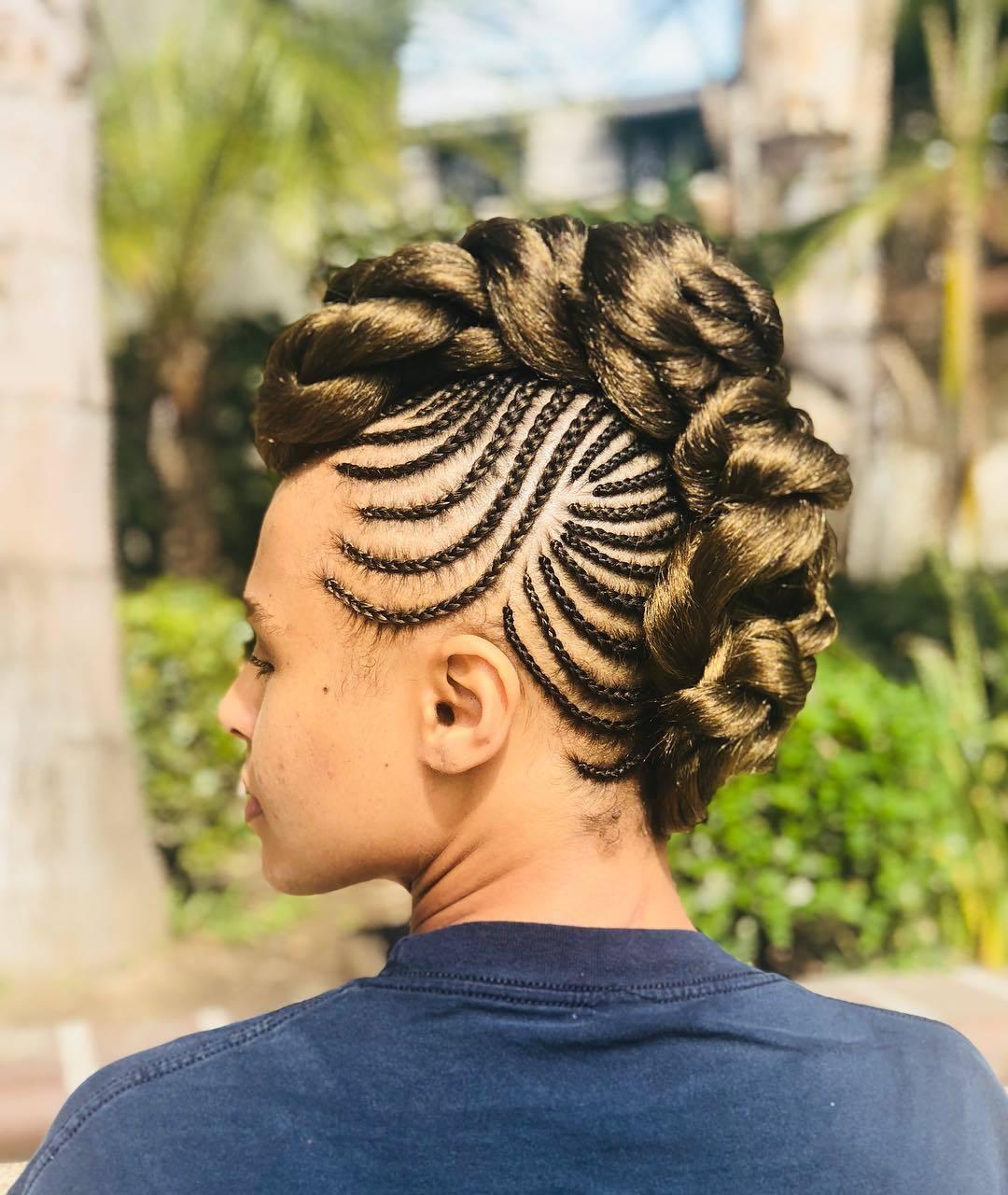 Femme avec une coiffure de mohawk à couronne de maïs
