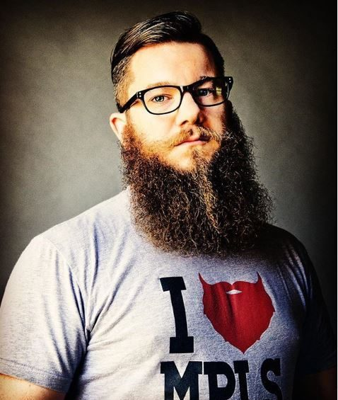 Jamin O Malley : Homme à grande barbe portant des lunettes