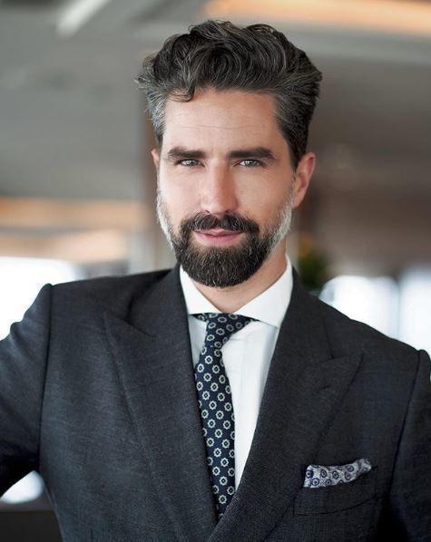 Jack Guinness : homme barbu élégant portant un costume