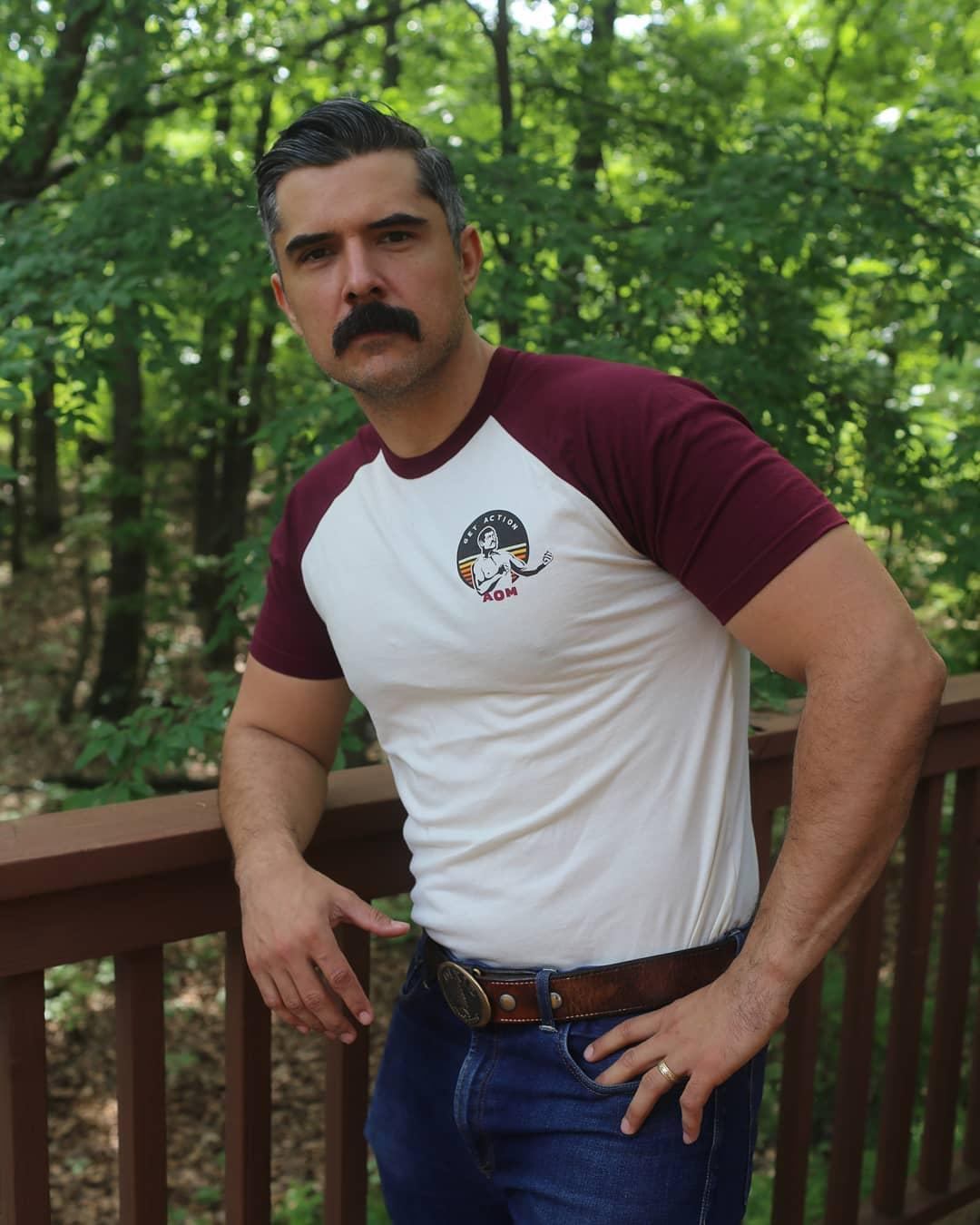 Homme aux cheveux courts foncés et à la moustache
