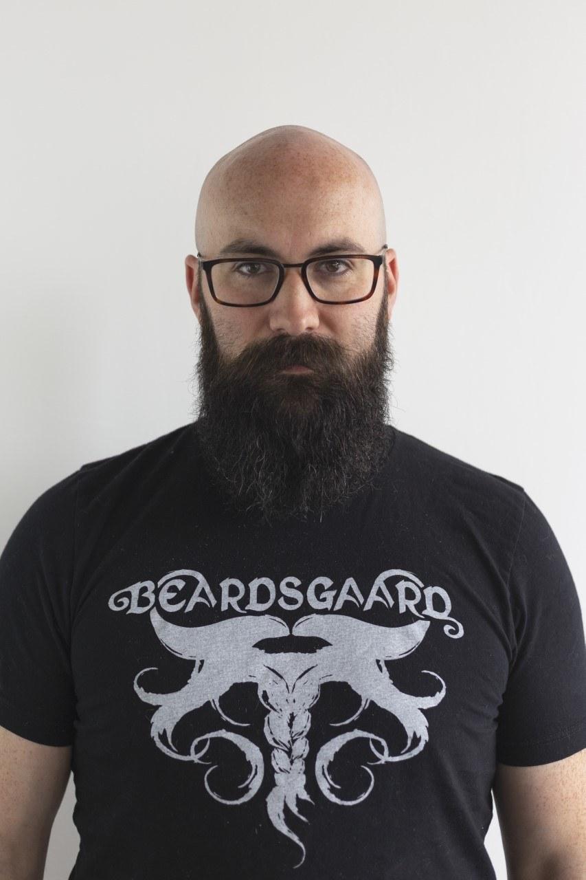 Homme chauve et barbu portant des lunettes