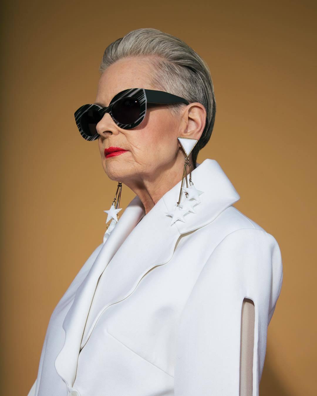 femme âgée avec une coiffure en arrière