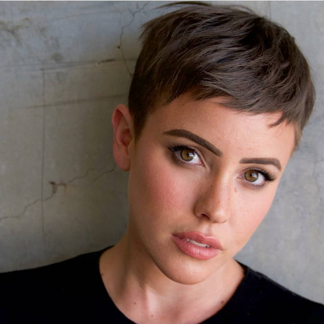 femme avec une coupe courte de lutin brun
