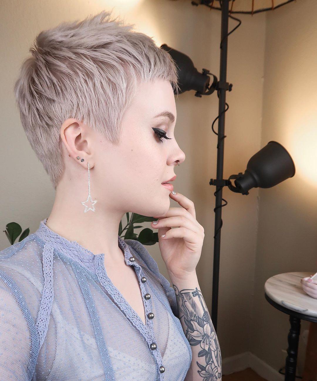 Femme aux cheveux blonds cendrés, coupe de lutin