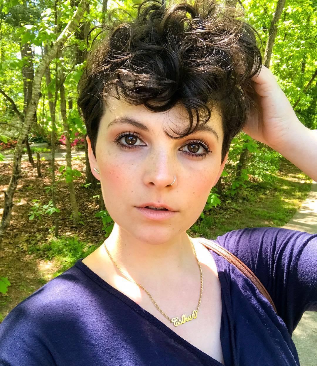 femme avec une coiffure de lutin bouclée