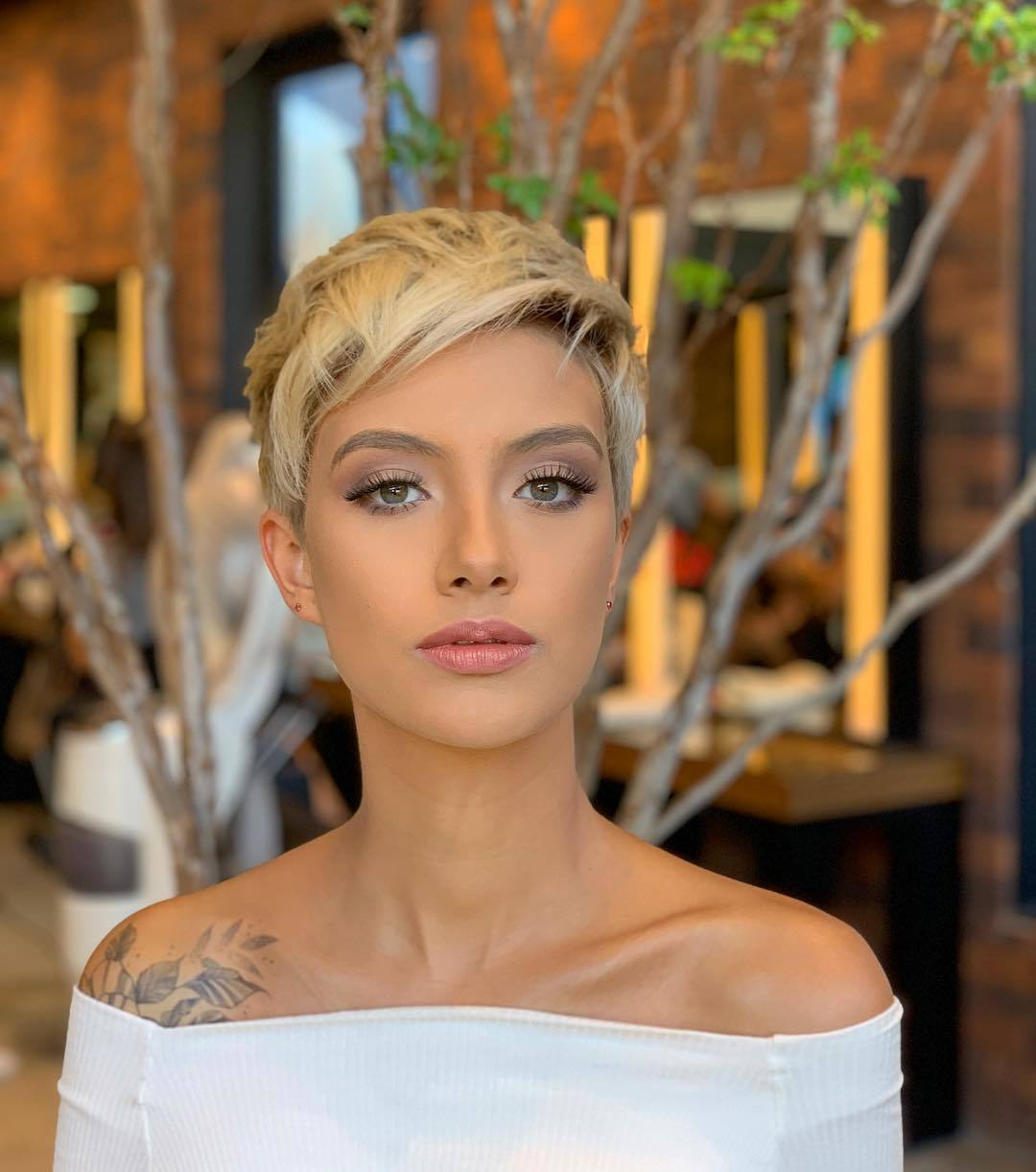 femme avec une courte coiffure blonde coupée en pixel