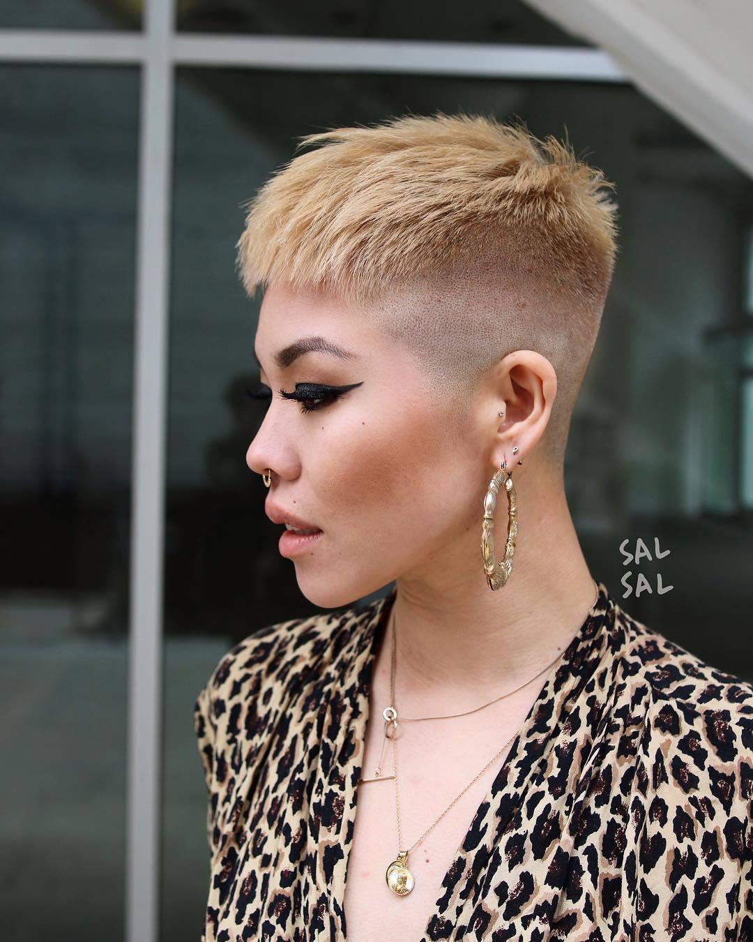 femme avec une coupe de lutin blond rasé