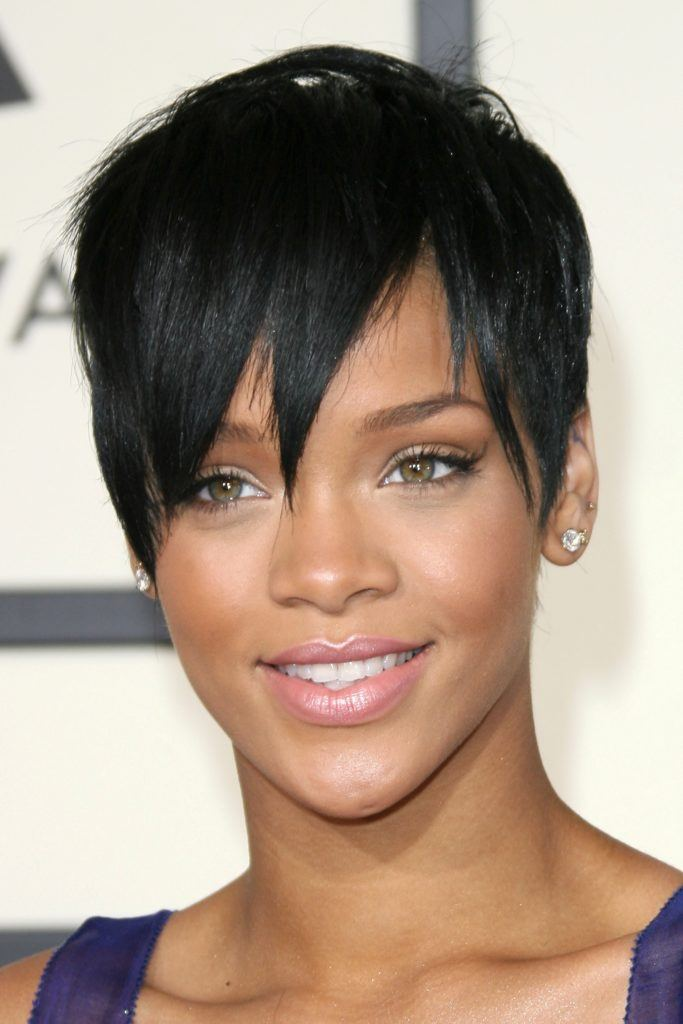 Rihanna avec une longue coupe droite de lutin