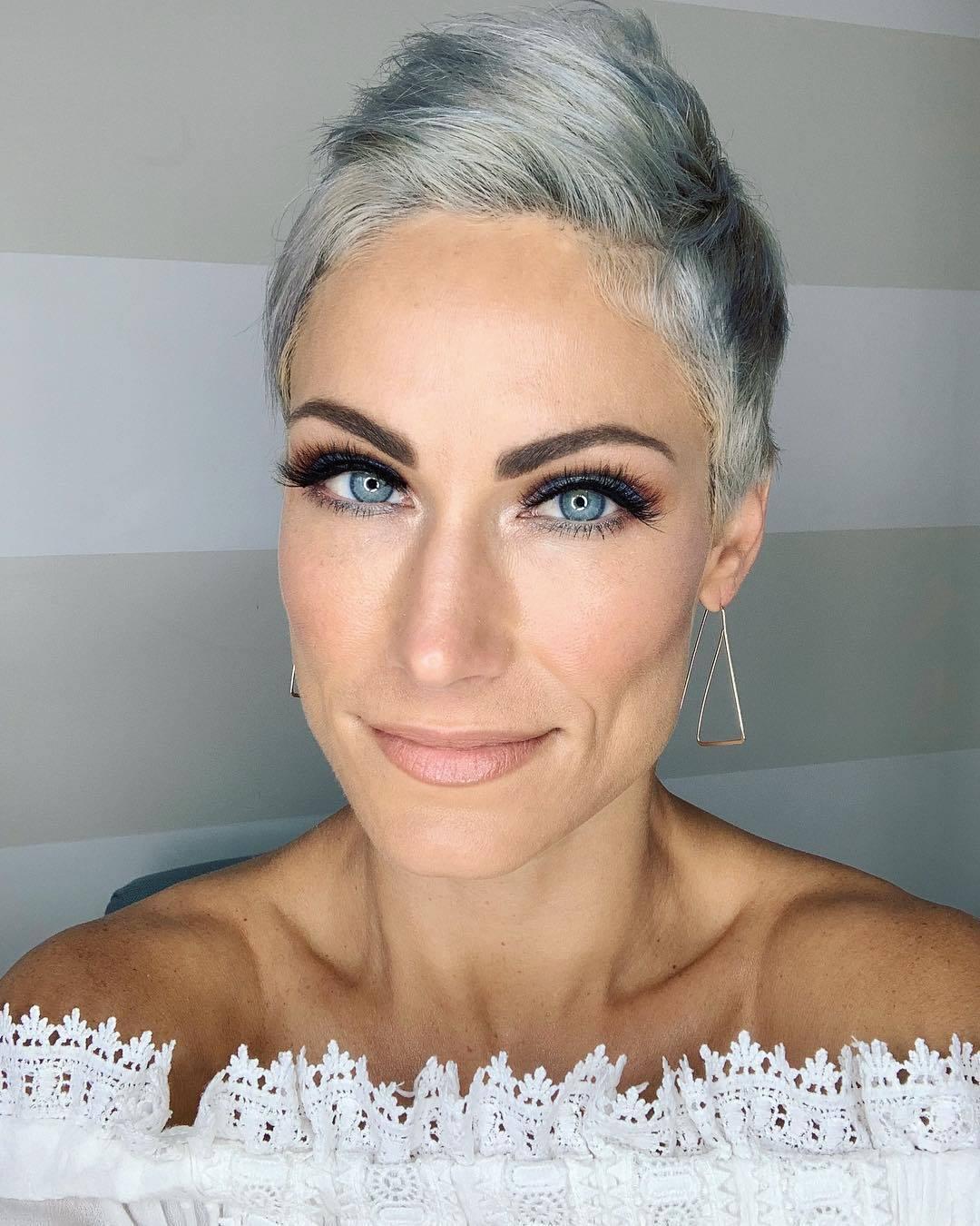femme avec une courte coupe de lutin gris