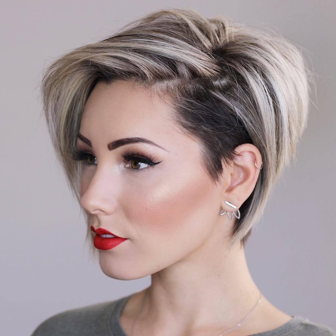 femme avec un lutin blond cendré coupé bob