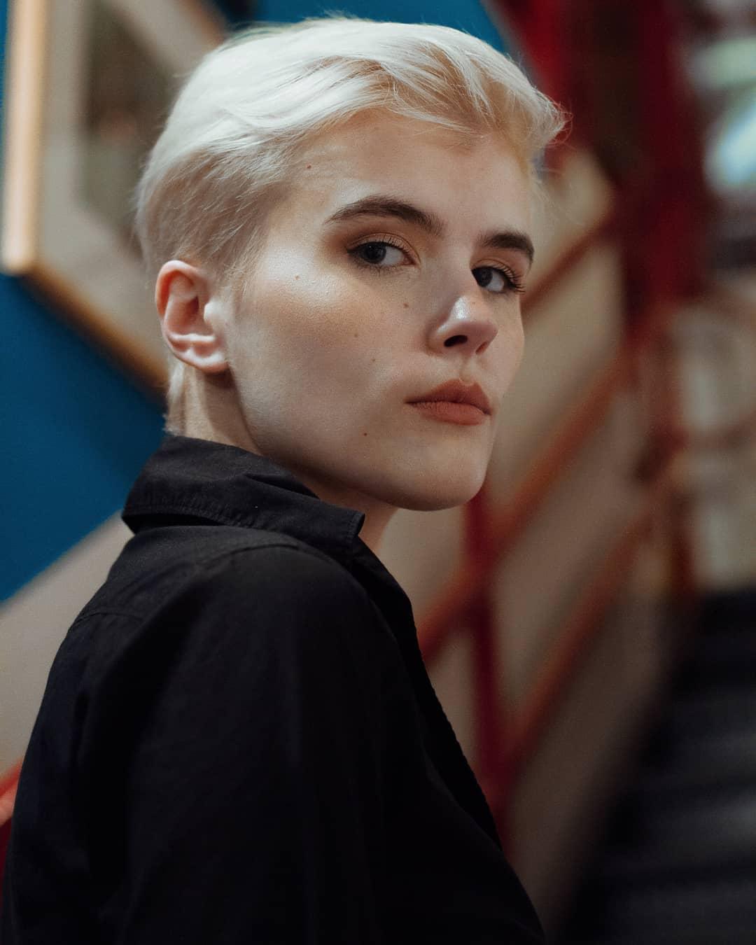femme avec une coupe de lutin blonde