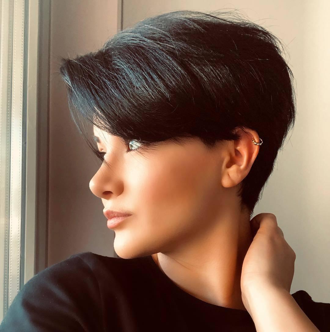 femme avec une coupe de lutin brune