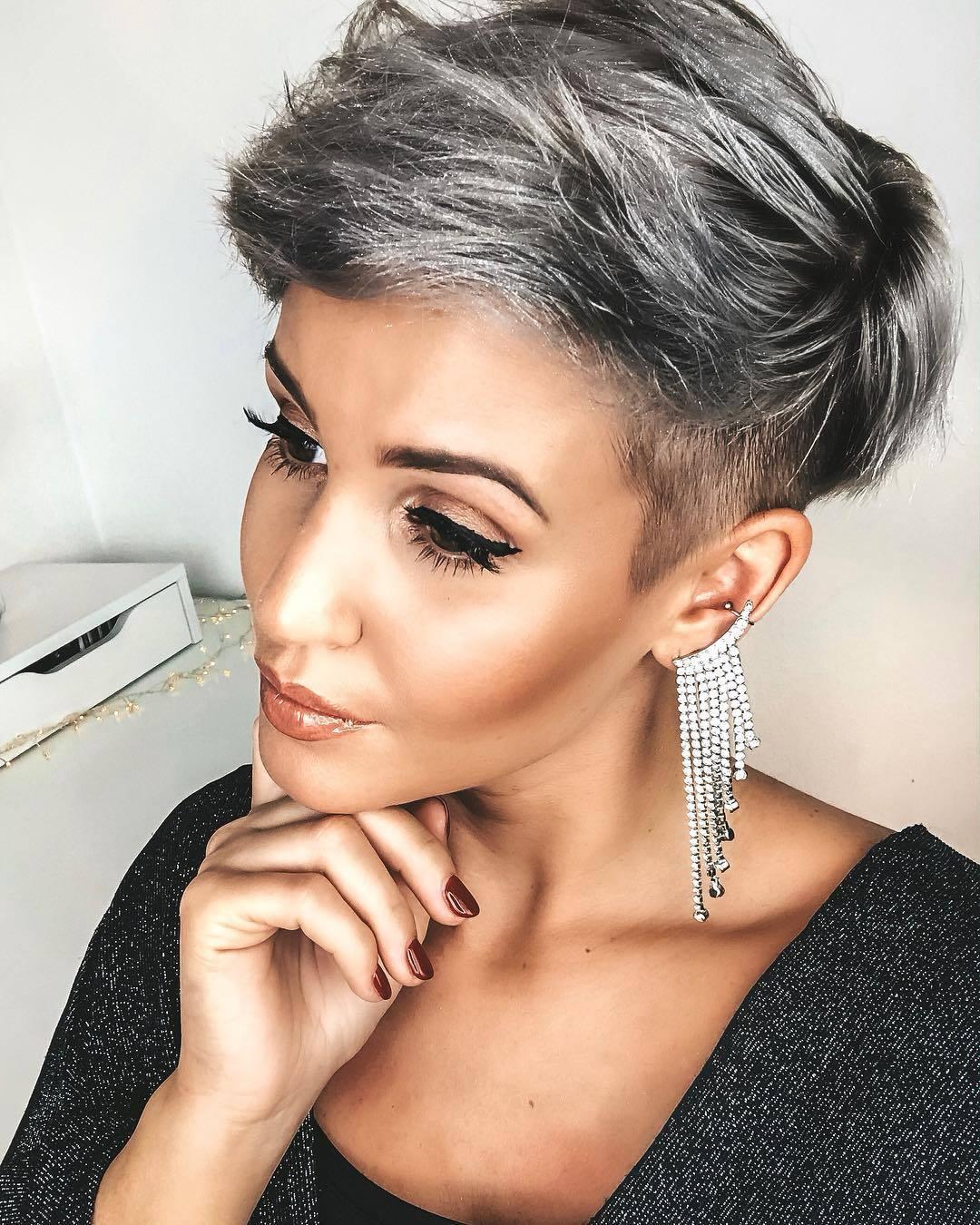 femme avec une coupe de lutin gris argenté
