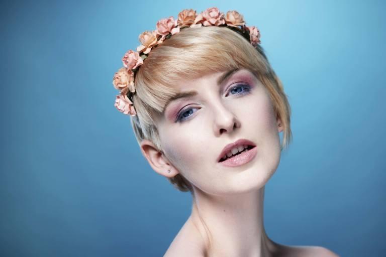 Femme avec un lutin blond avec un bandeau