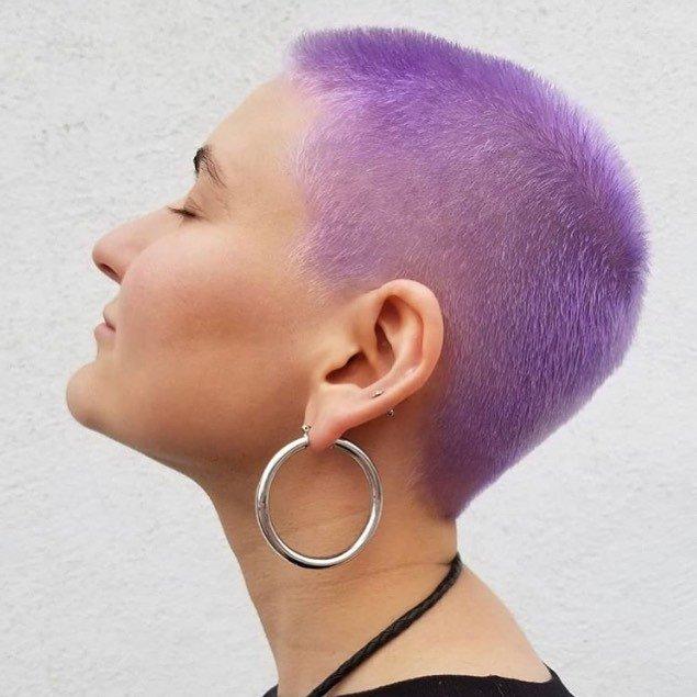 femme avec une coiffure de lutin violette à la coupe buzz