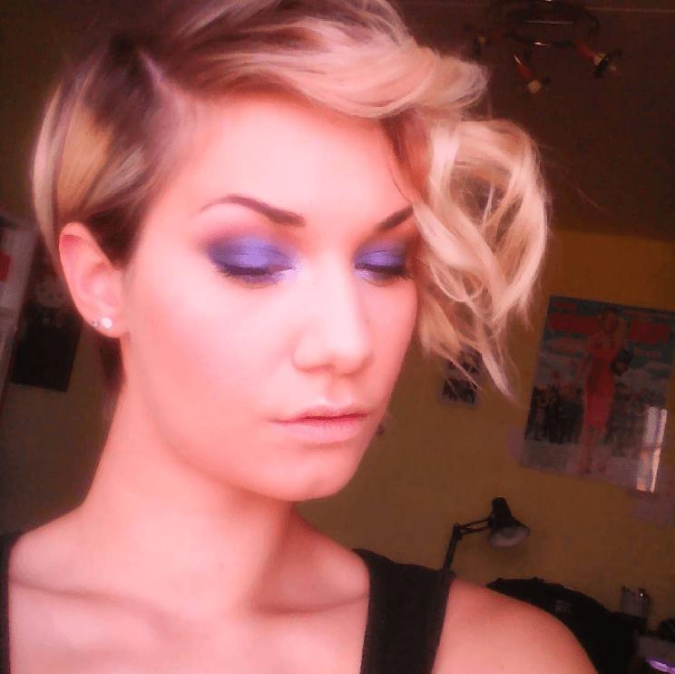Femme au lutin asymétrique blond
