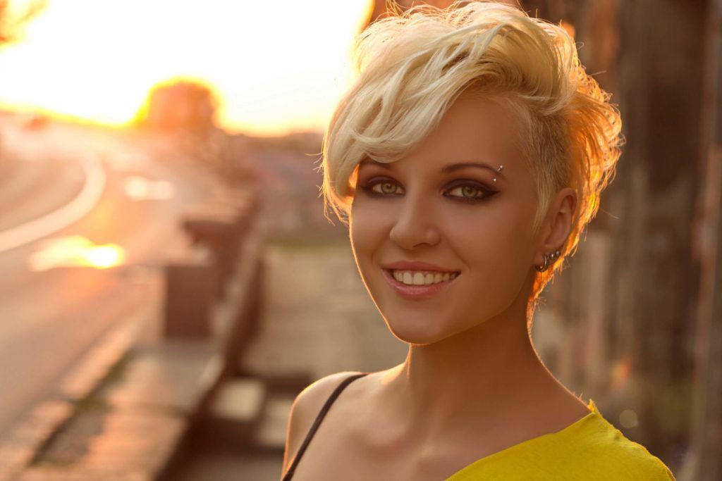 Femme avec un lutin blond décoiffé