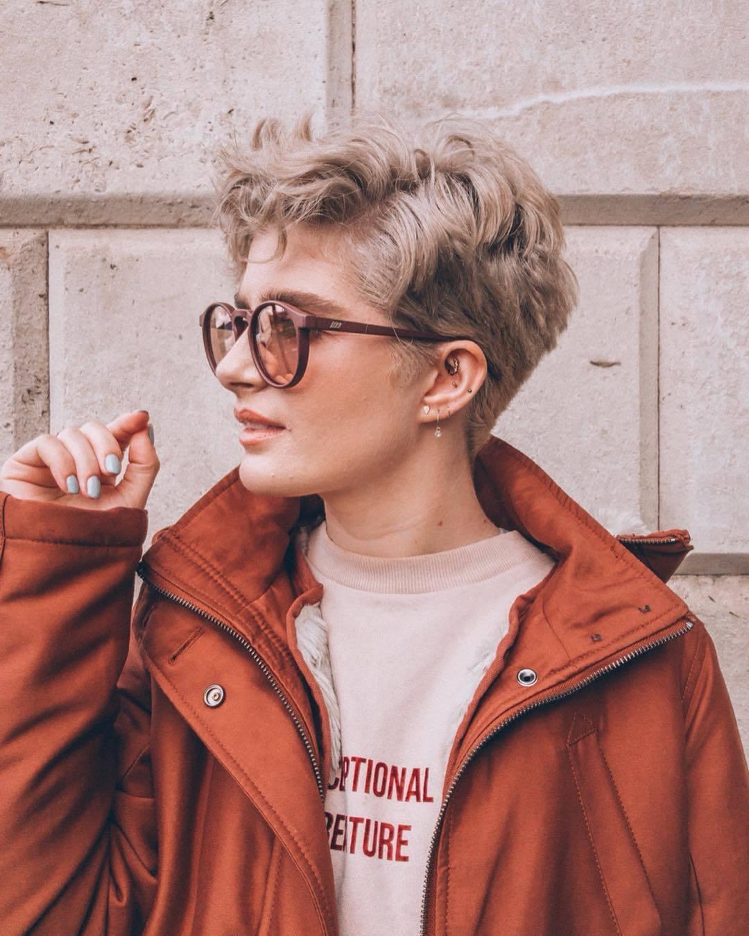 femme avec une coupe de fée blonde cendrée