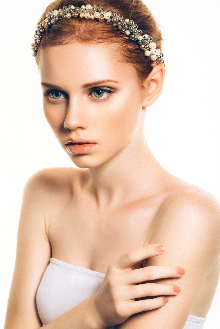 femme aux cheveux auburn courts avec un bandeau étincelant