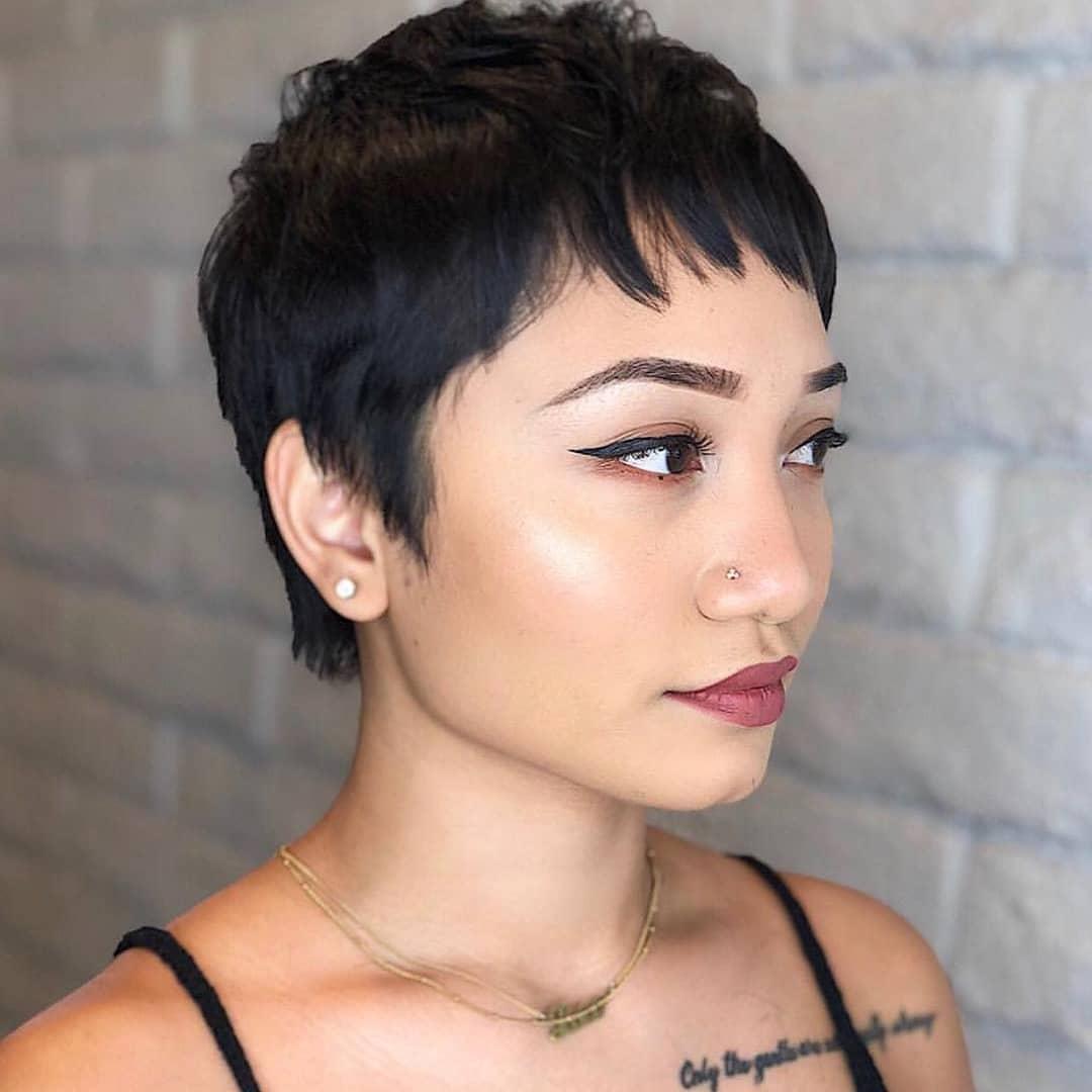femme avec une coupe de lutin à la texture sombre