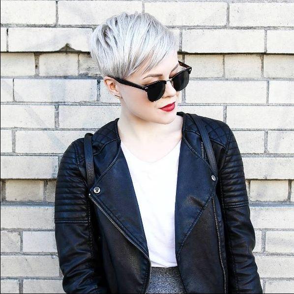 femme avec une coupe courte de lutin blond