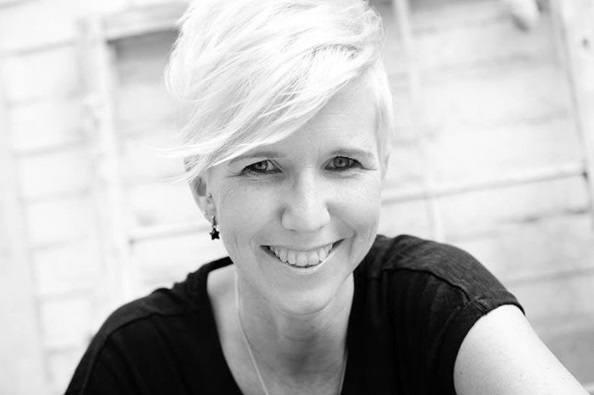 image en noir et blanc de femmes avec une coupe de lutin blond