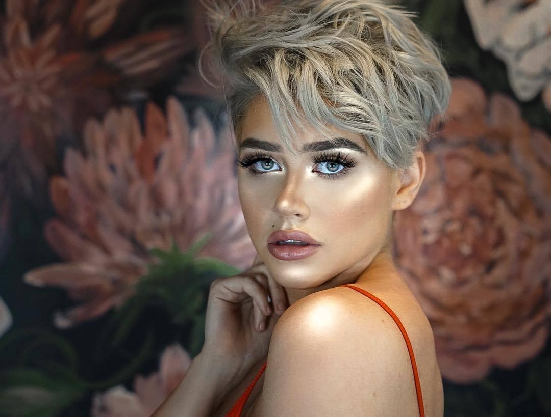 femme avec une coupe de lutin ondulée d'un blond argenté