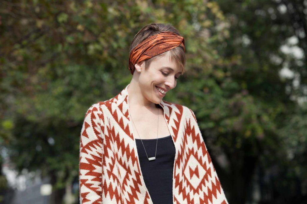 Femme avec un bandeau enroulé autour d'une coupure de lutin