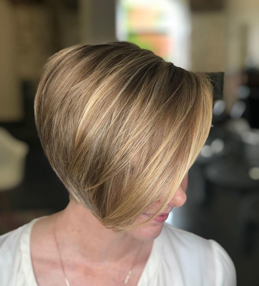 femme avec une coupe de lutin blonde foncée