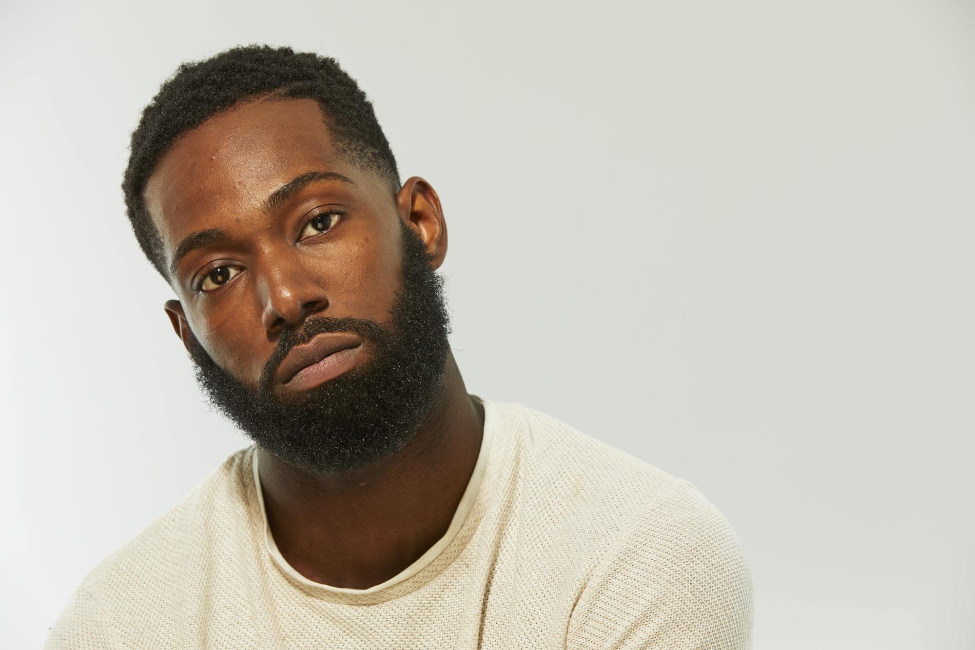 homme noir avec barbe