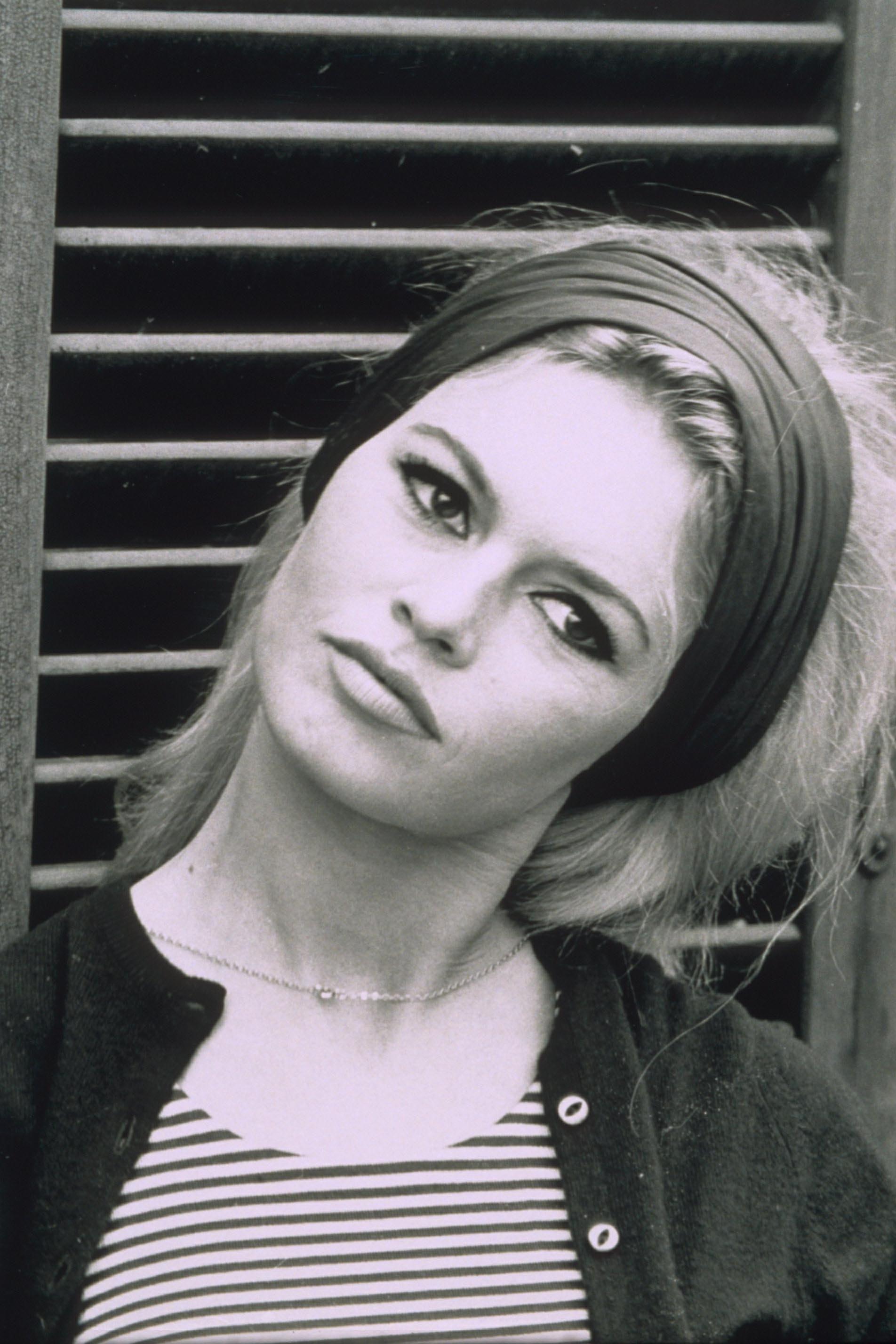 Brigitte Bardot, icône des années 60, aux cheveux blonds et au large bandeau