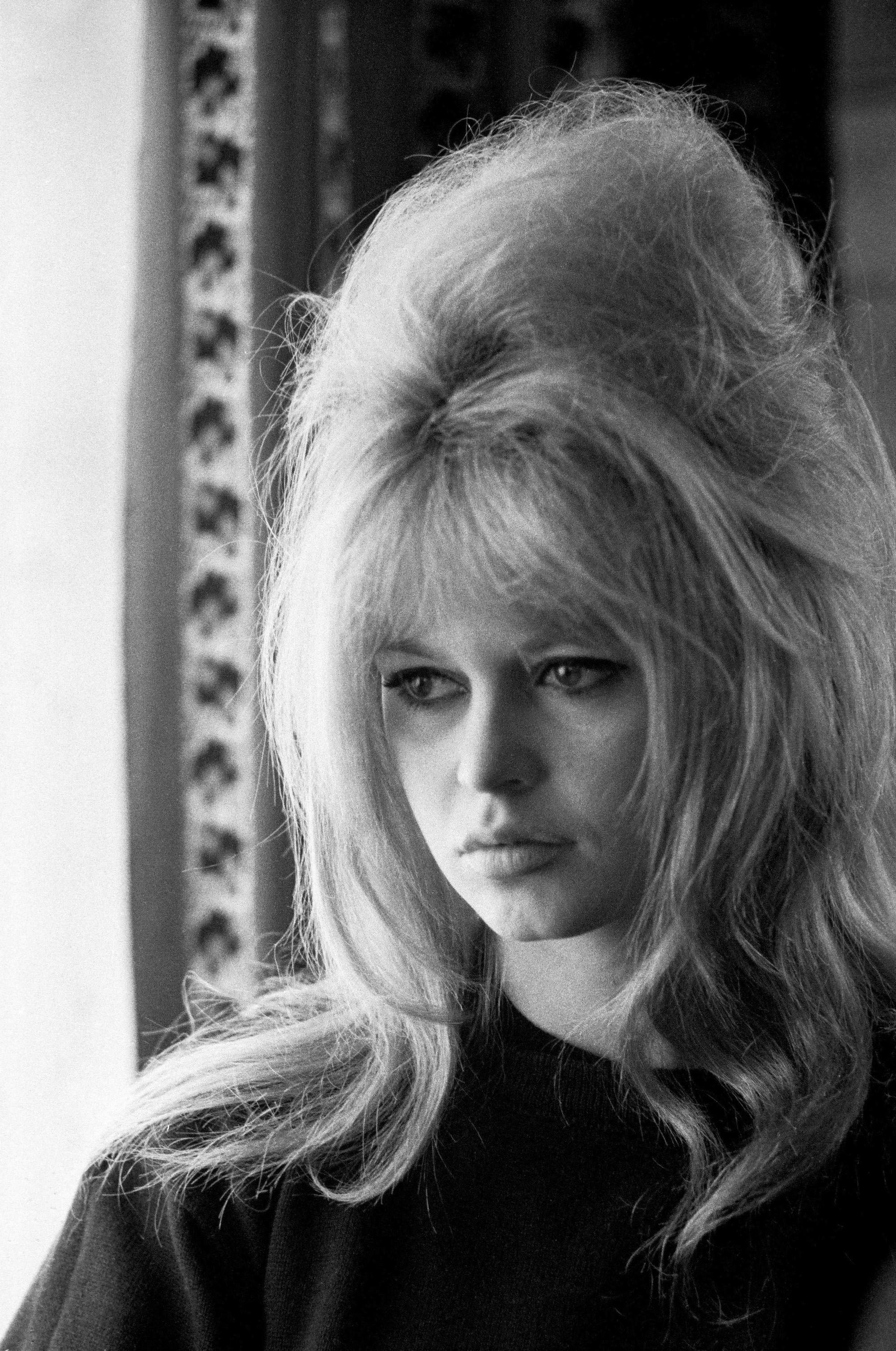brigitte bardot, actrice française des années 60, avec ses cheveux blonds dans une ruche