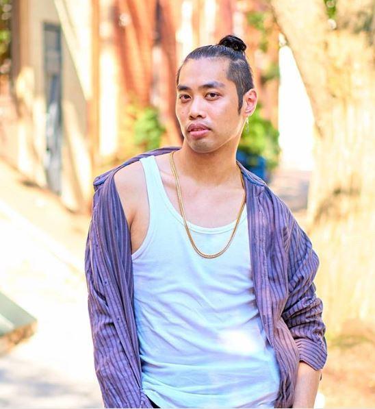 Un homme asiatique avec un petit pain à la coupe