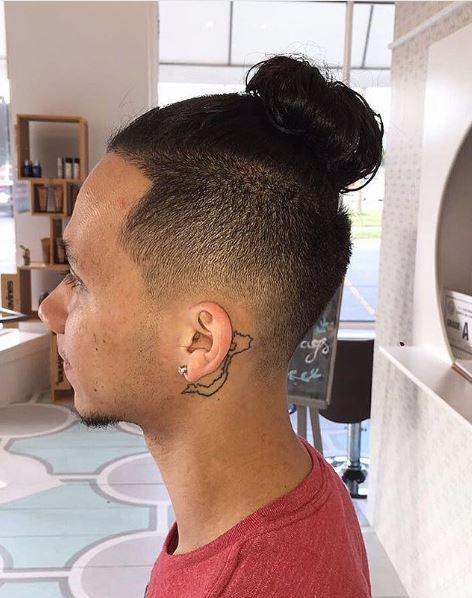 Homme avec une coiffure en chignon