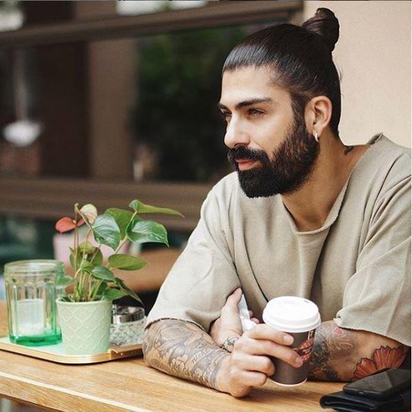 Homme aux cheveux brun foncé en