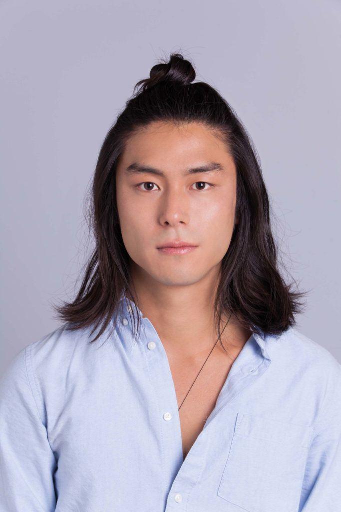 Un homme asiatique, un petit pain : Modèle masculin asiatique aux cheveux longs aux épaules avec le dernier chignon d'homme à mi-hauteur
