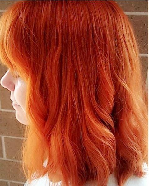 femme aux épaules rouges oranges