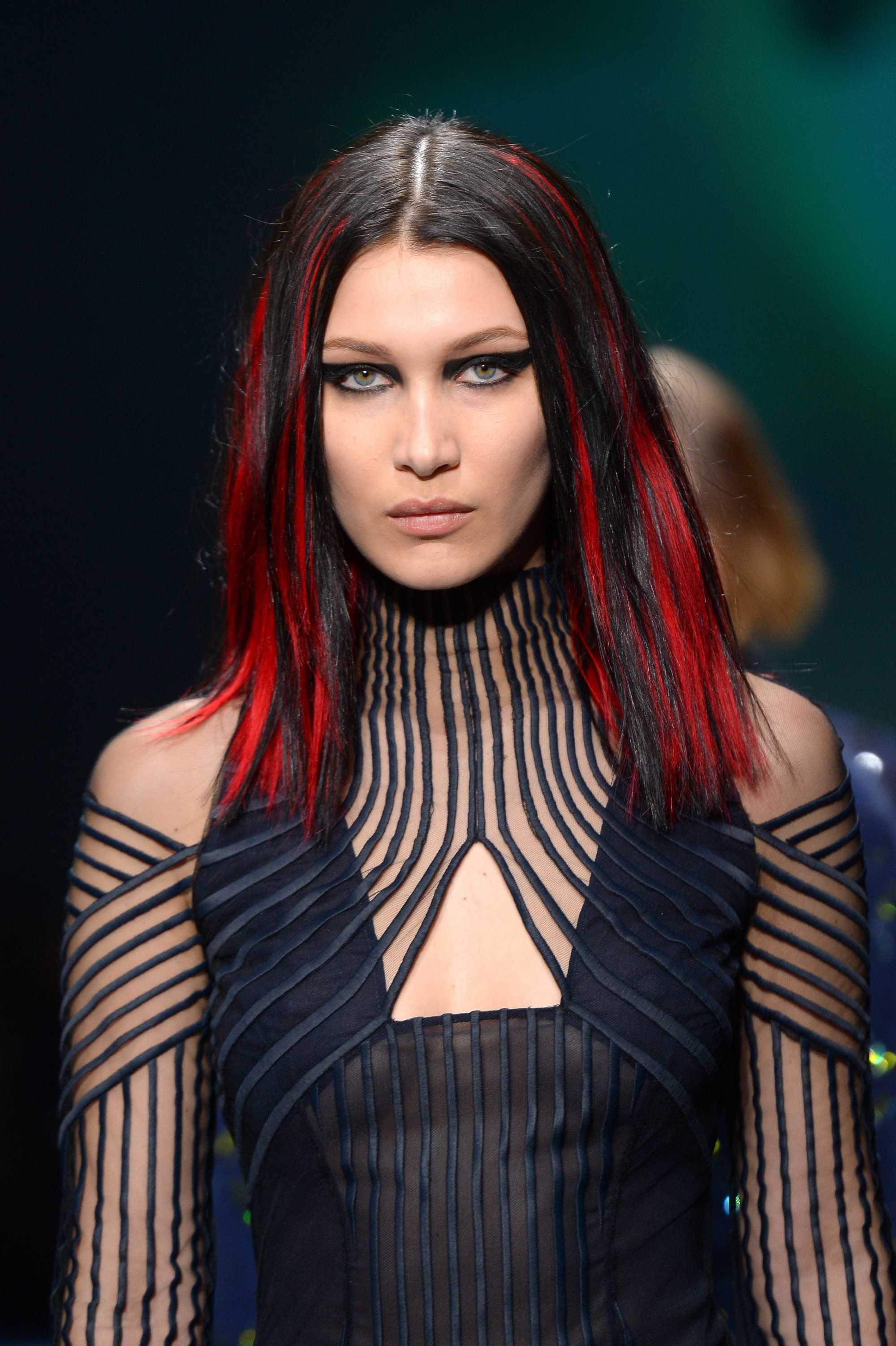 bella a eu des mèches rouges sur la piste d'atterrissage, cheveux de longueur moyenne