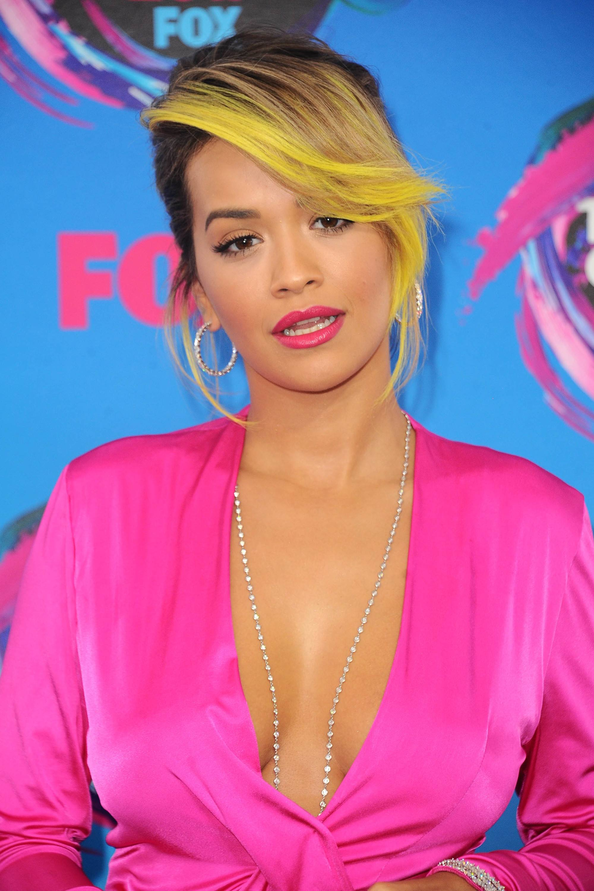 rita ora yellow side fringe updo