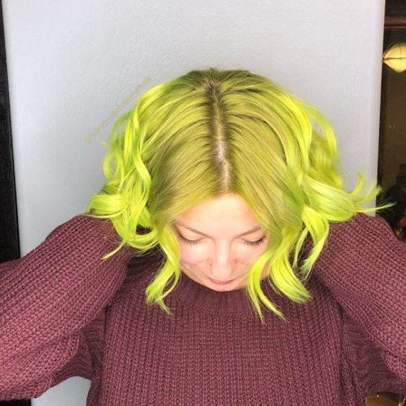 femme avec des cheveux ondulés de longueur bo jaune vert