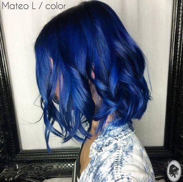 vue latérale d'une femme aux épaules de couleur bleu violet