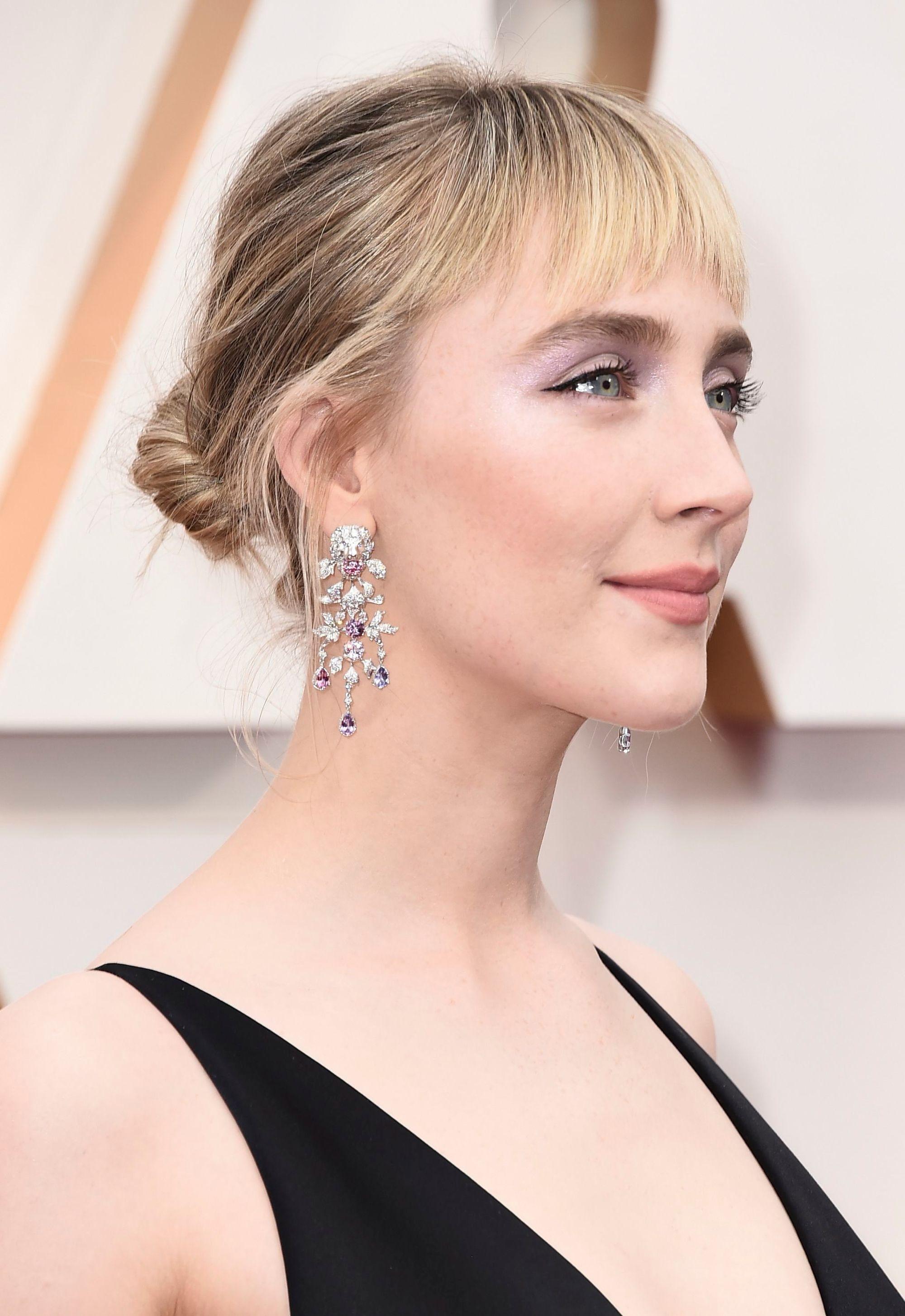 Saoirse Ronan aux cheveux blonds dans un chignon bas updo avec une frange aux Oscars 2020