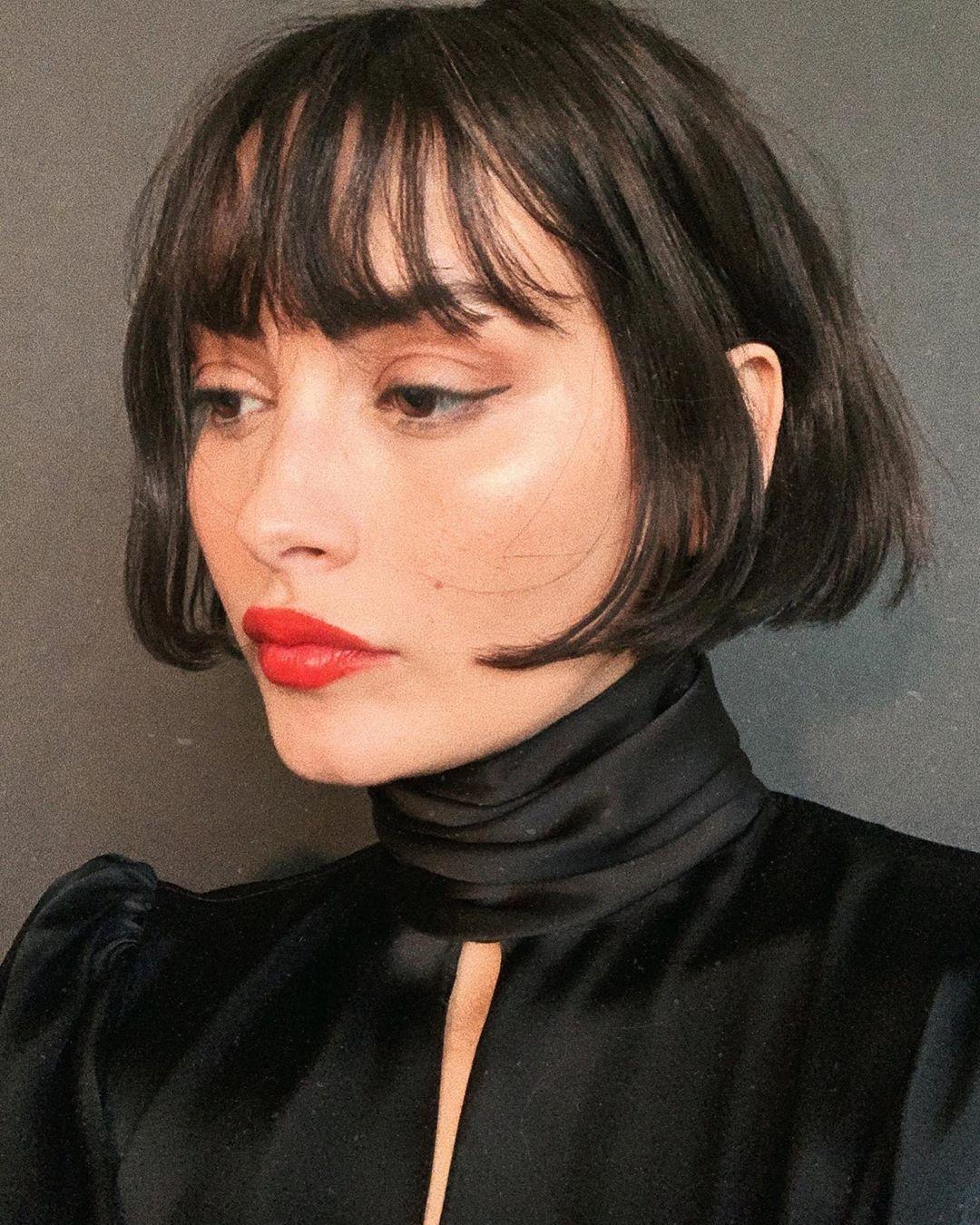 Modèle Taylor LaShae avec un bob marron foncé à frange courte sur les joues