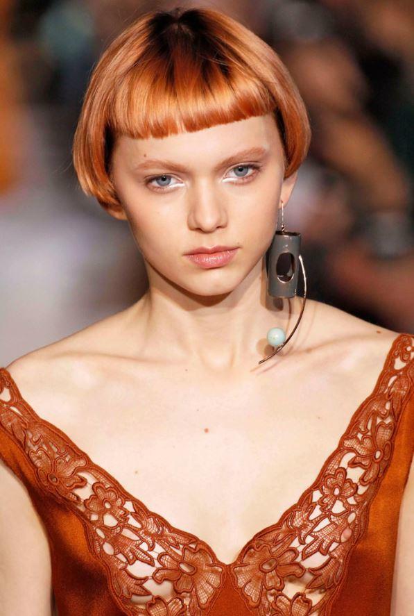 cheveux blonds fraise - micro bangs - cheveux courts - défilé de mode