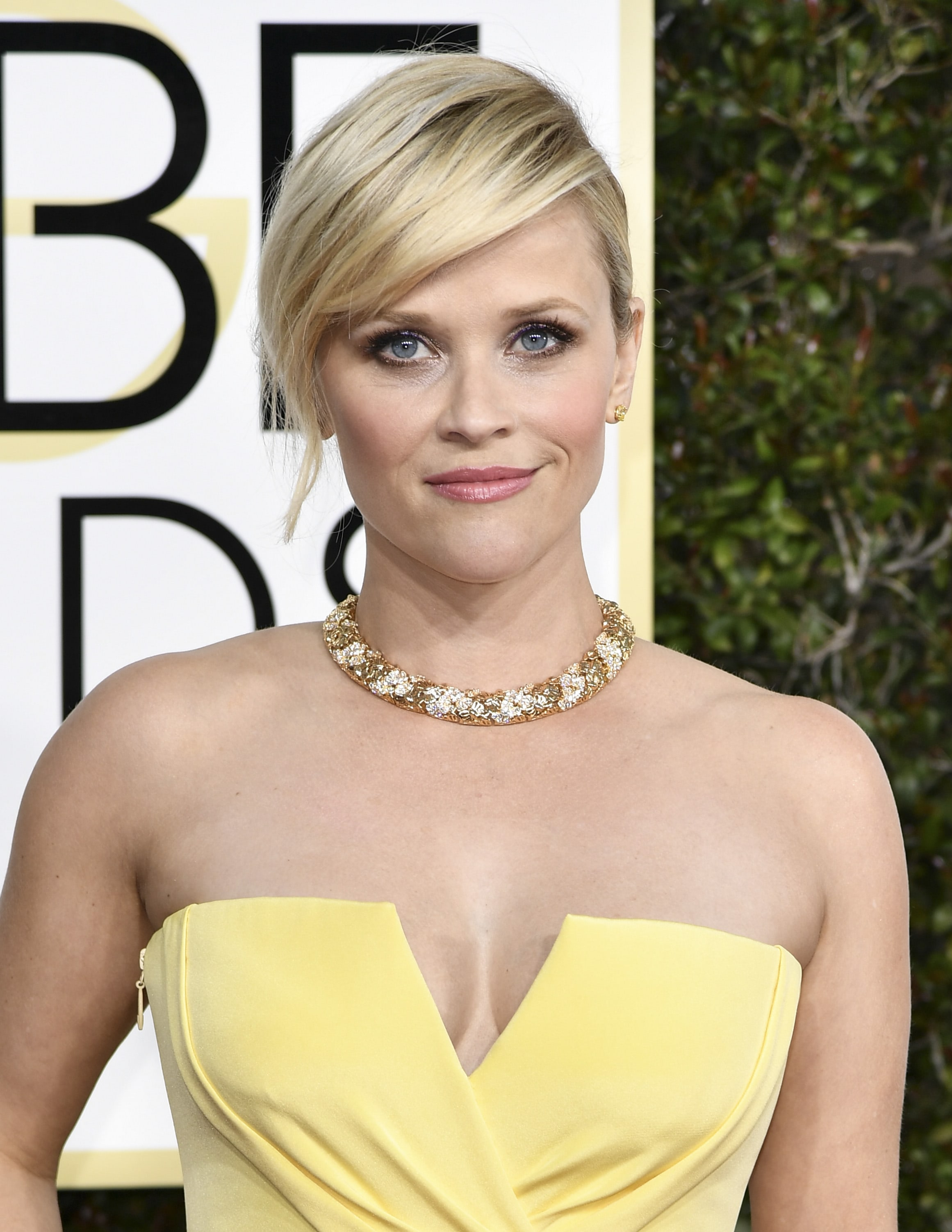 Reese Witherspoon à frange latérale portant une robe bustier jaune