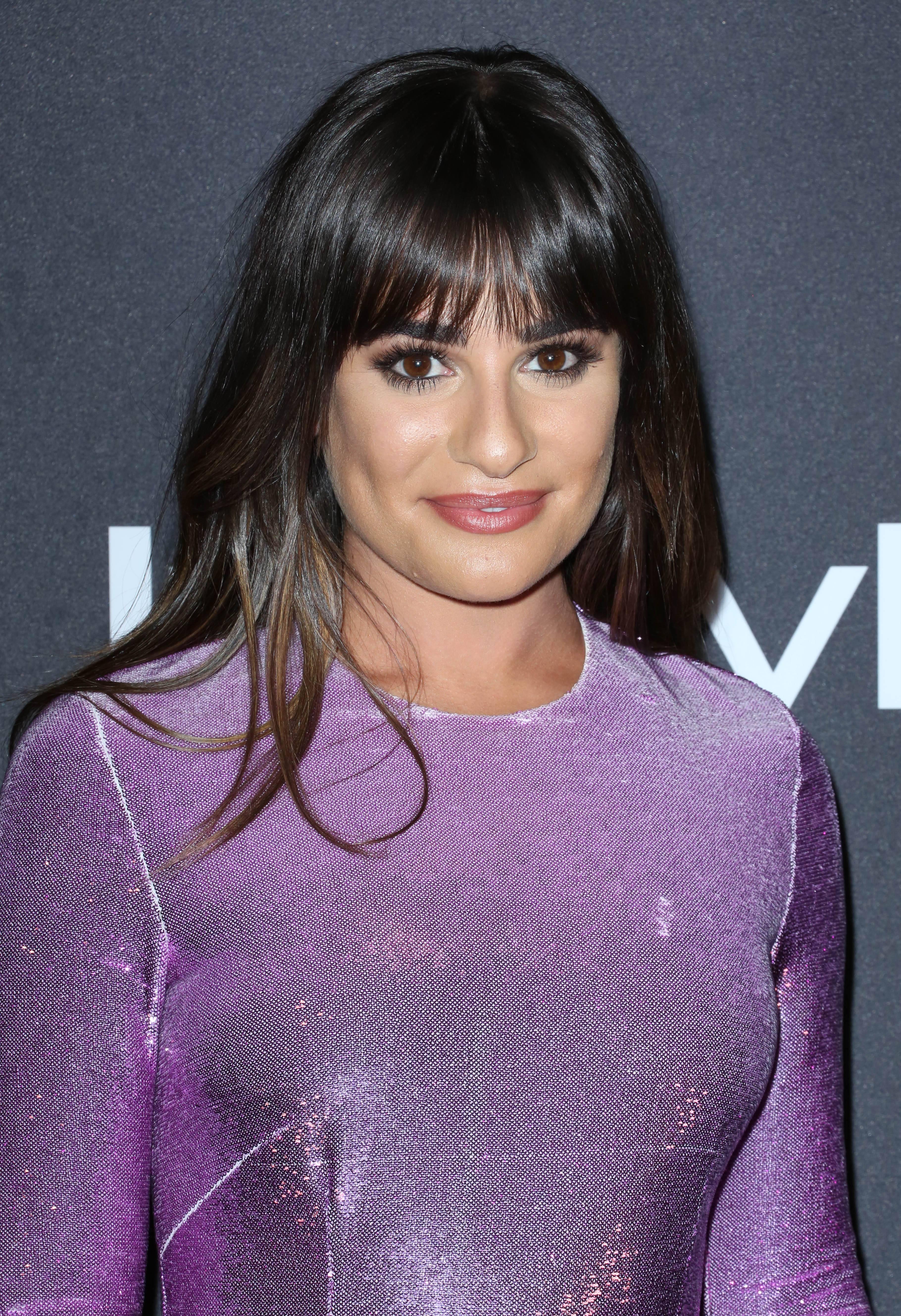 Lea Michele à frange complète portant une robe violette à paillettes