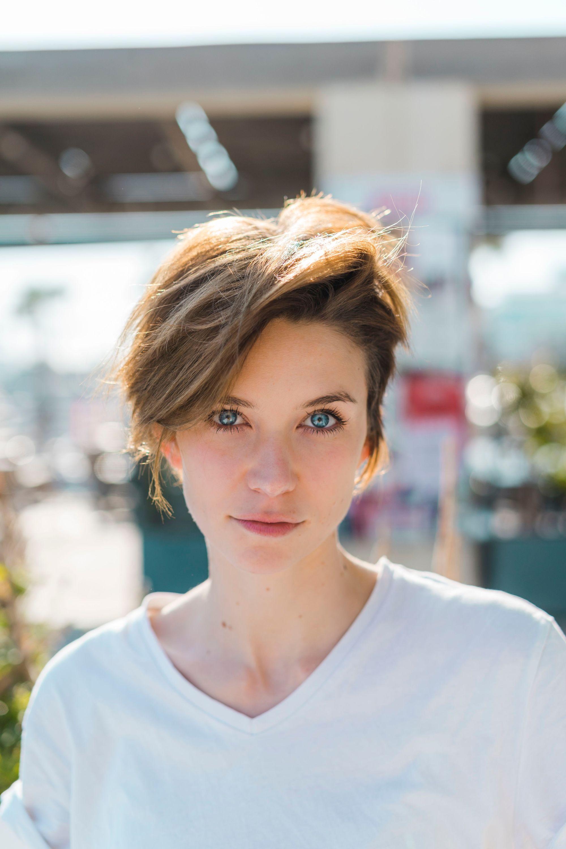 Coupes de cheveux pour cheveux épais : Gros plan d'une femme brune aux cheveux courts coupés en pixel avec des couches de balayage