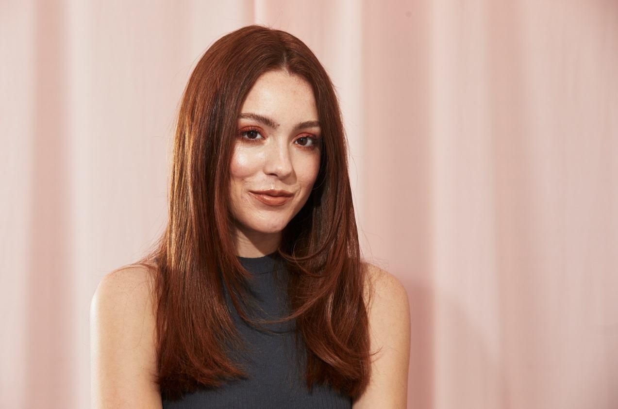 Brune aux cheveux épais de longueur moyenne avec des couches de cadrage du visage