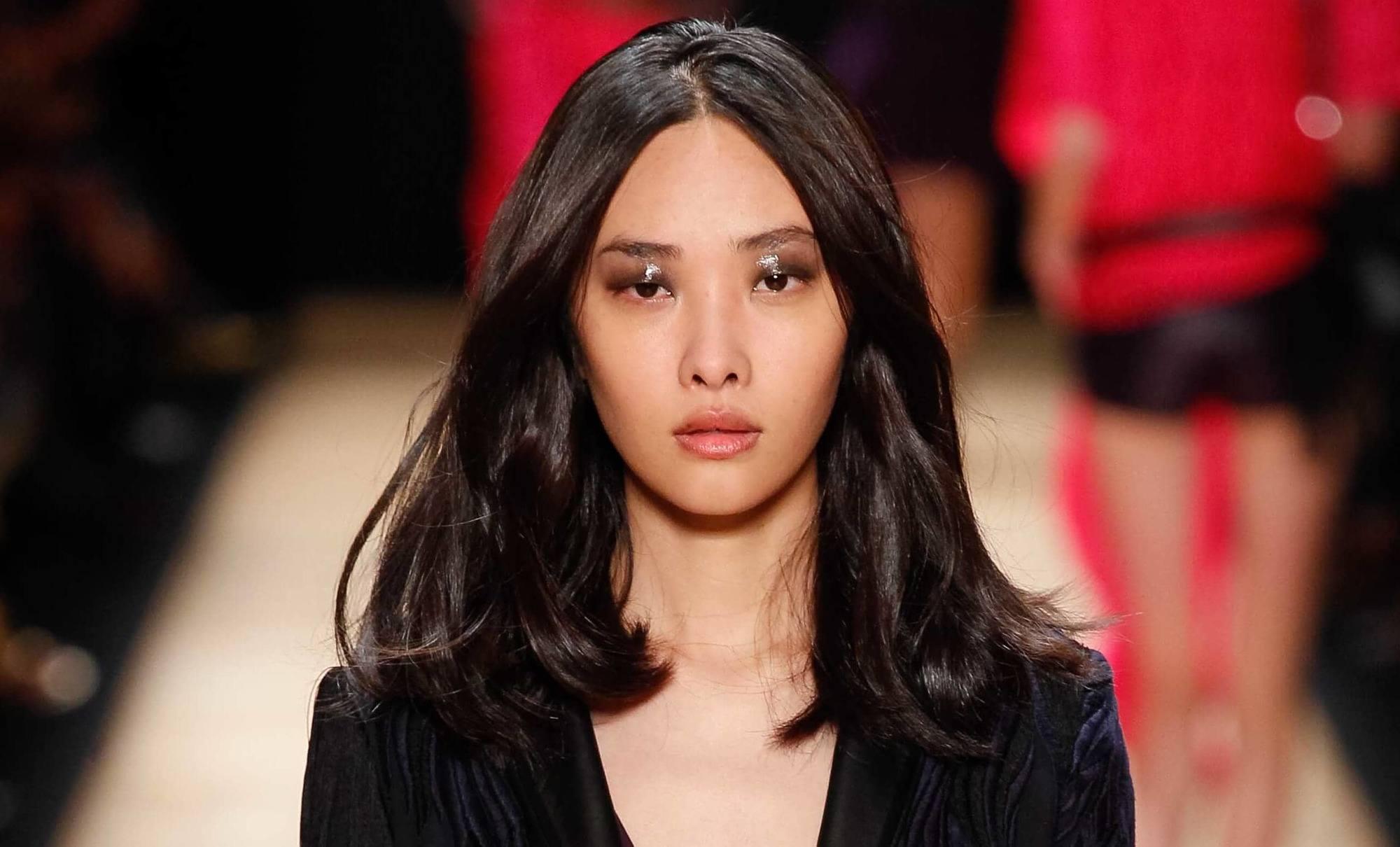 Coupes de cheveux pour cheveux épais : Modèle asiatique sur la piste avec des cheveux épais foncés à la longueur des épaules